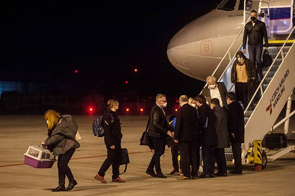 当地时间2021年4月19日,捷克布拉格,20名遭俄罗斯驱逐的捷克外交人员当天分批离开捷克驻俄使馆,已抵达当地机场。人民视觉 图