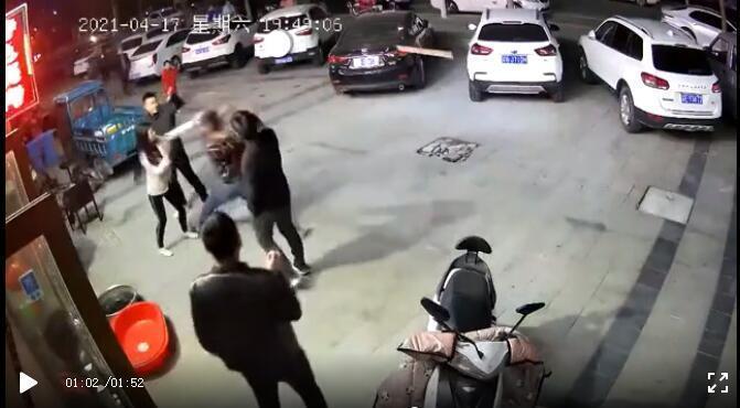 男子手持木板向聂女士丈夫打去。