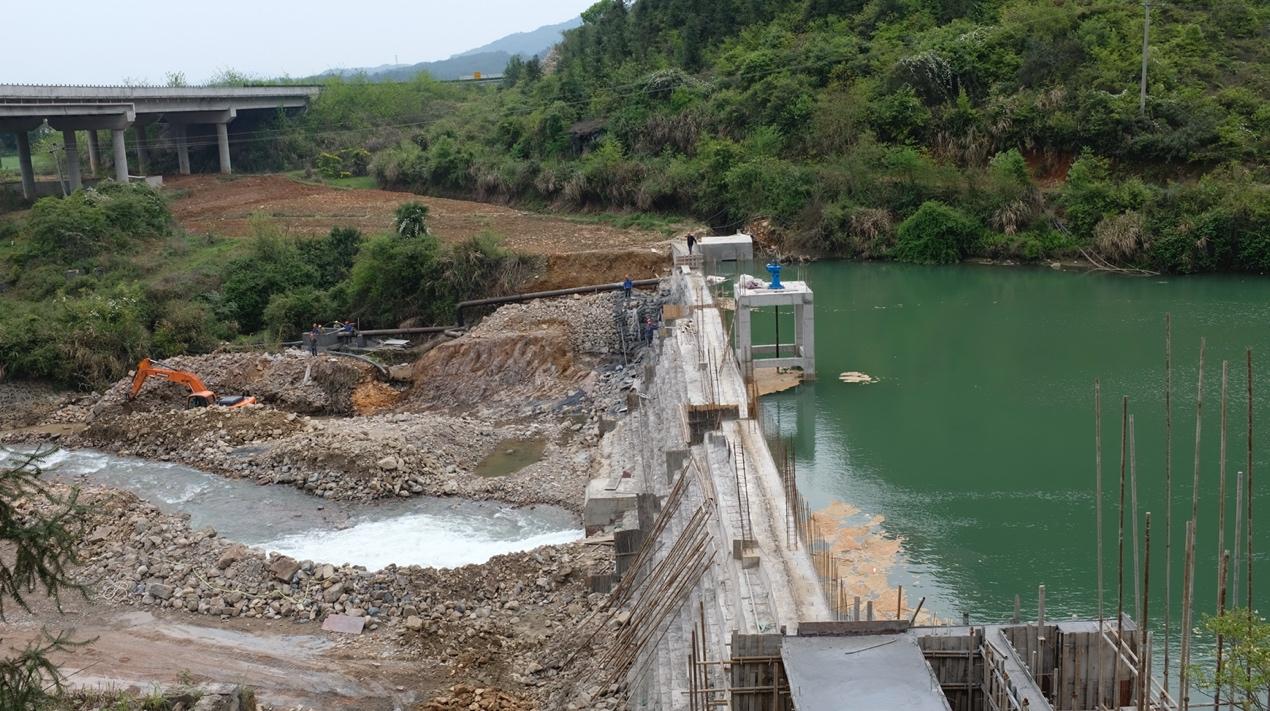 """4月9日 江西省修水县黄坊水电站大坝正在进行除险加固,坝体上设计了溢流堰保障生态流量下泄。整改前,这座大坝被列为""""三类坝""""已存在安全隐患。"""