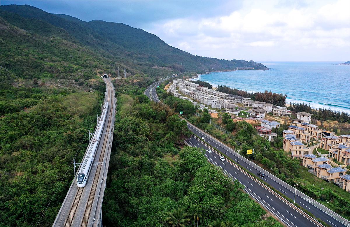 海南岛四面环海,中部群山挺立,高速公路如一条条玉带将山海相连。
