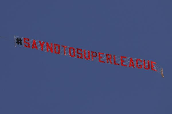 利兹联对阵利物浦的英超比赛期间,天空出现标语:向欧超说不。