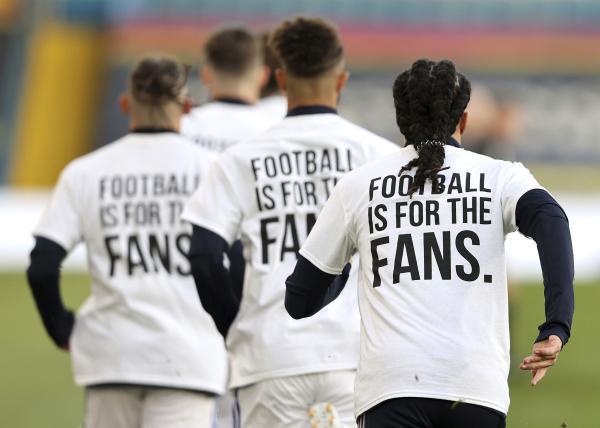 利兹联球员身穿抗议欧超的T恤,T恤上书:足球是为了球迷。 本文图片 CFP