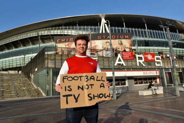 阿森纳球迷展示抗议文字:足球不是电视秀。