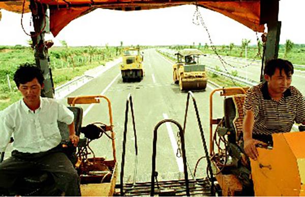 1991年5月,修建中的海南省第一条高速公路。
