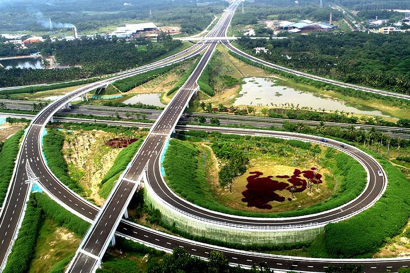 海南环岛高速博鳌机场互通(2019年9月21日摄),博鳌亚洲论坛的造型绿化格外显眼。