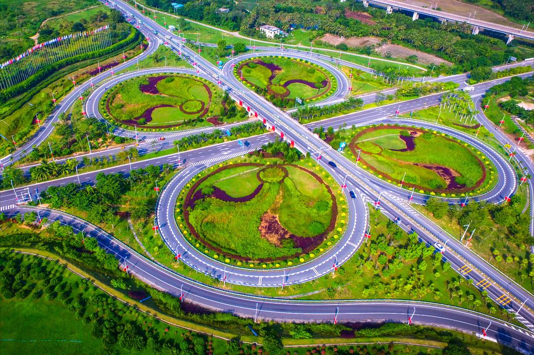 海南环岛高速三亚藤桥互通(2016年9月30日摄)。2016年9月30日上午10时,海南环岛高速公路石梅湾至三亚段改建工程中,最后一段左幅三亚藤桥立交互通至陵水孟果坡立交互通施工完成。