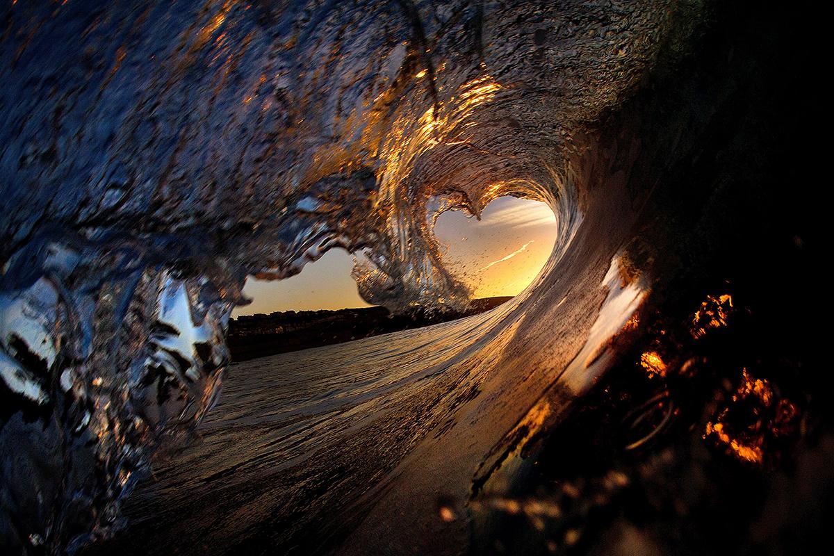 2015年3月,英国康沃尔,冲浪摄影师 Mike Lacey 抓拍康沃尔海岸附近海浪的奇特景观,海浪透明如水晶,有时多彩似万花筒,他甚至捕捉到罕见的心形海浪。