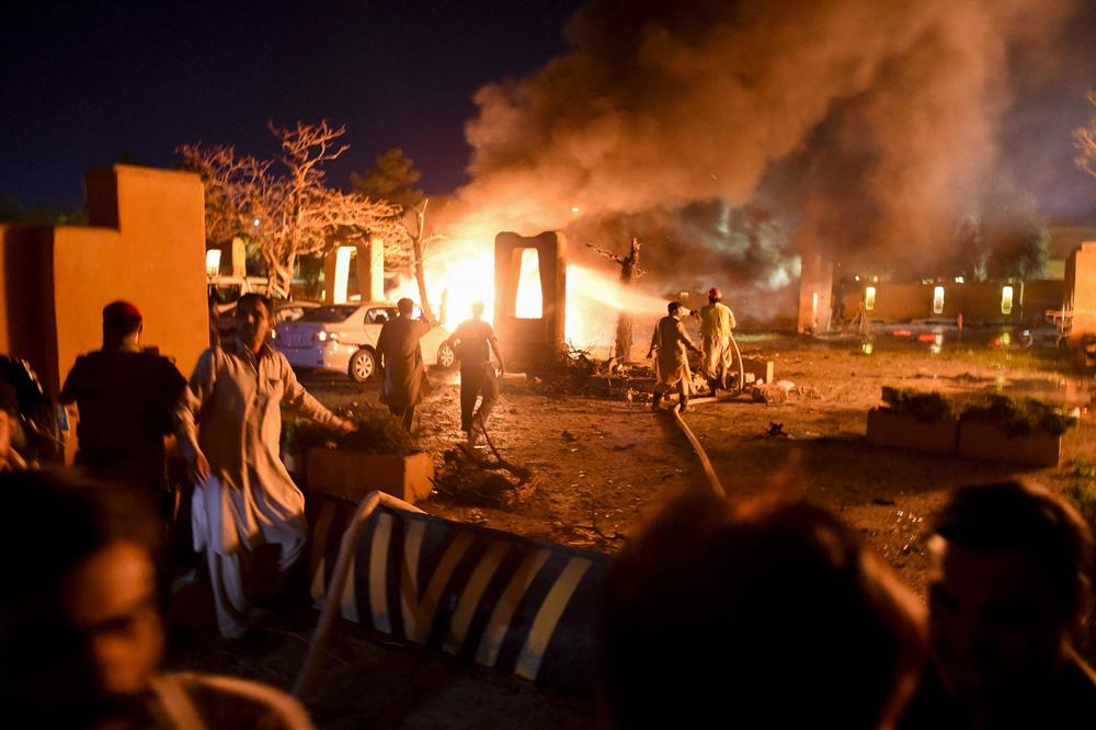 当地时间4月21日,在巴基斯坦西南部俾路支省首府奎达市,爆炸发生后现场燃起大火。