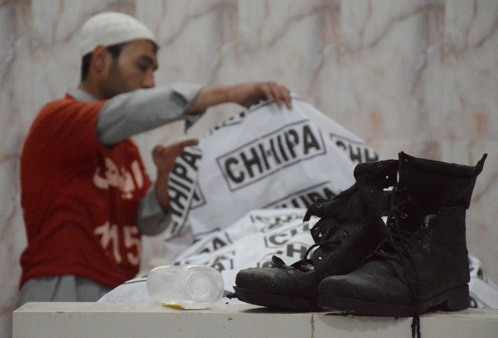 当地时间4月21日,遇难者家属在医院辨认尸体。