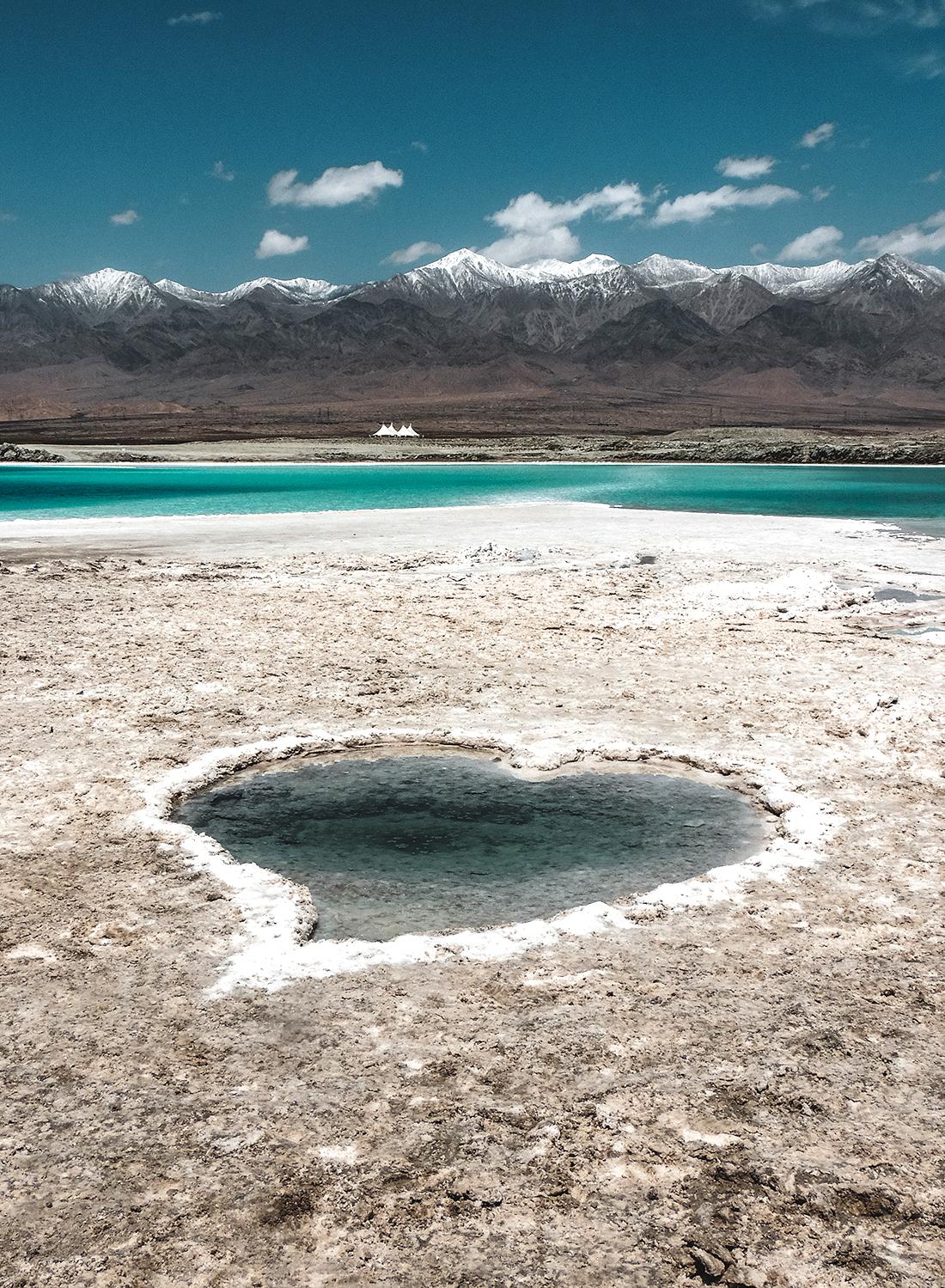 2020年6月22日,青海海西,大柴旦翡翠湖,盐湖边心形盐池。