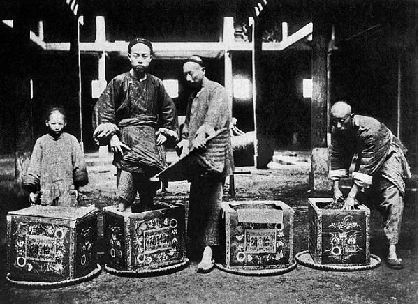 正在将茶叶装箱的中国工人。截止到 1878 年,俄国商人已在汉口的英租界内设立了六家茶厂。