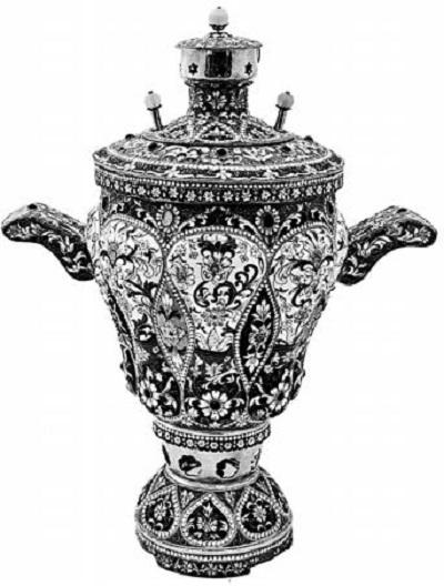 19世纪的银制茶炊,装饰典雅,上面饰有珐琅和天青石。图片来源:Ivory and Art Gallery, Tel Aviv。