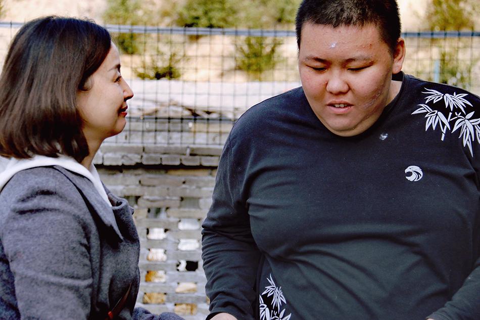 曹芳深情望着自己的儿子熊大。 本文图片除特殊备注外,均由受访者供图