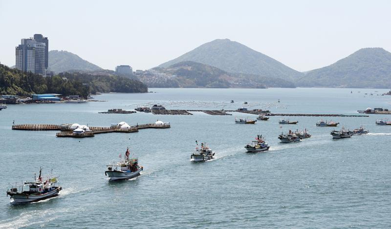 当地时间2021年4月19日,韩国全罗南道丽水市突山大桥一带,150多艘渔船结队游行,反对日本将福岛核电站核废水排入海洋的决定。