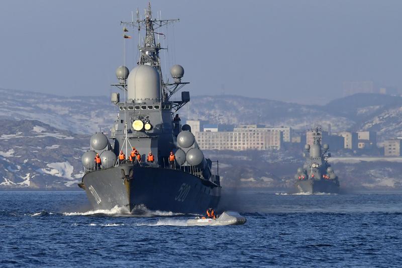 当地时间2021年4月19日报道,俄罗斯摩尔曼斯克地区,俄军开始在北极地区举行大规模军事演习。图为俄罗斯北方舰队在科拉湾上航行。