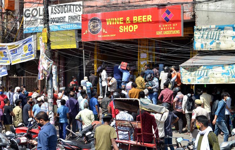 当地时间2021年4月19日报道,印度新德里,当地居民在全城实施封锁前抢购酒品。由于疫情不断恶化, 新德里首席部长凯杰里瓦尔19日宣布,自当天22时起至26日凌晨5时全城实施封锁。