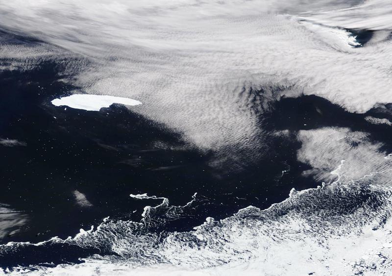 当地时间2021年4月19日报道,世界最大冰山A68a已融化并分裂成碎块。美国国家冰川中心表示,A68a已低于追踪冰山的最小尺寸标准。2017年,A68a从南极拉森冰架剥离,它在过去3年多时间内漂流了超1500公里,体积也不断缩小。