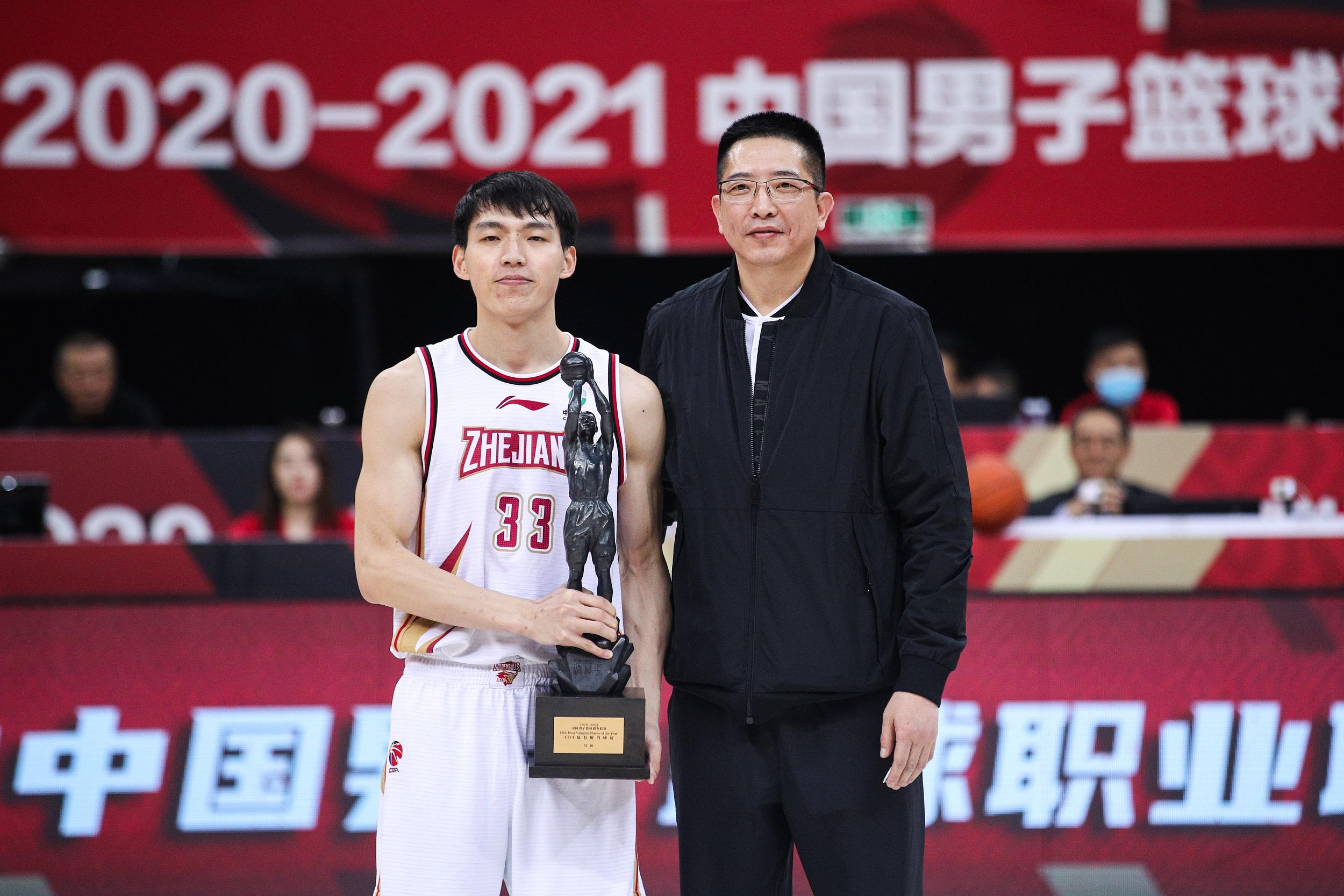 吴前从胡卫东手中接过MVP奖杯。