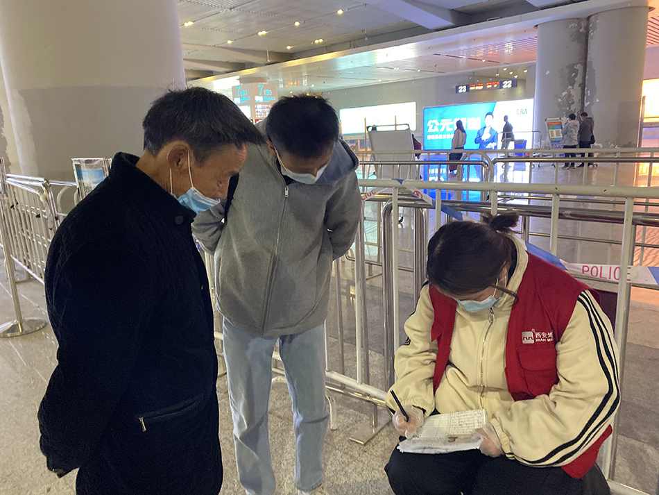 3月20日,庞德怀到了西安,乘地铁时不会用健康码,需人工填写身份证号