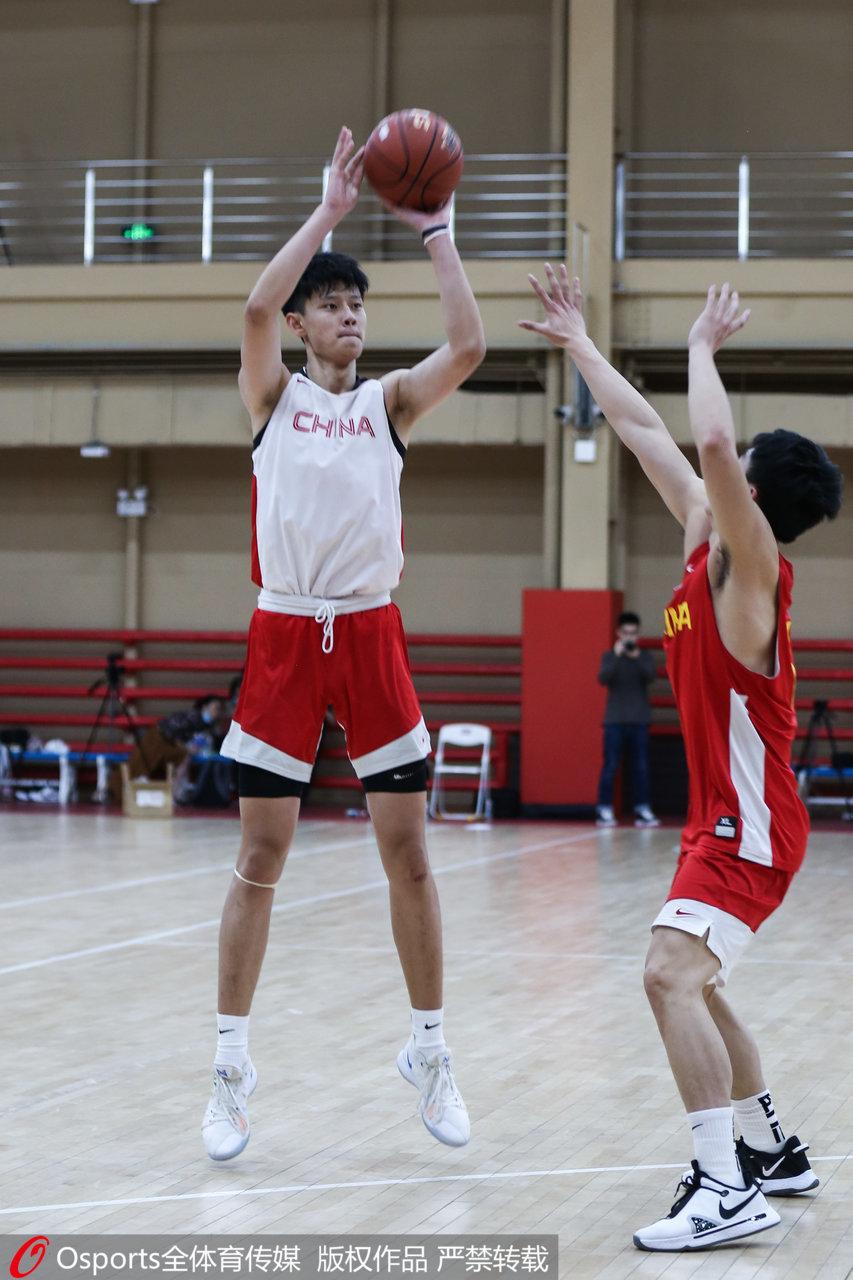 曾凡博已经入选过中国男篮集训名单。