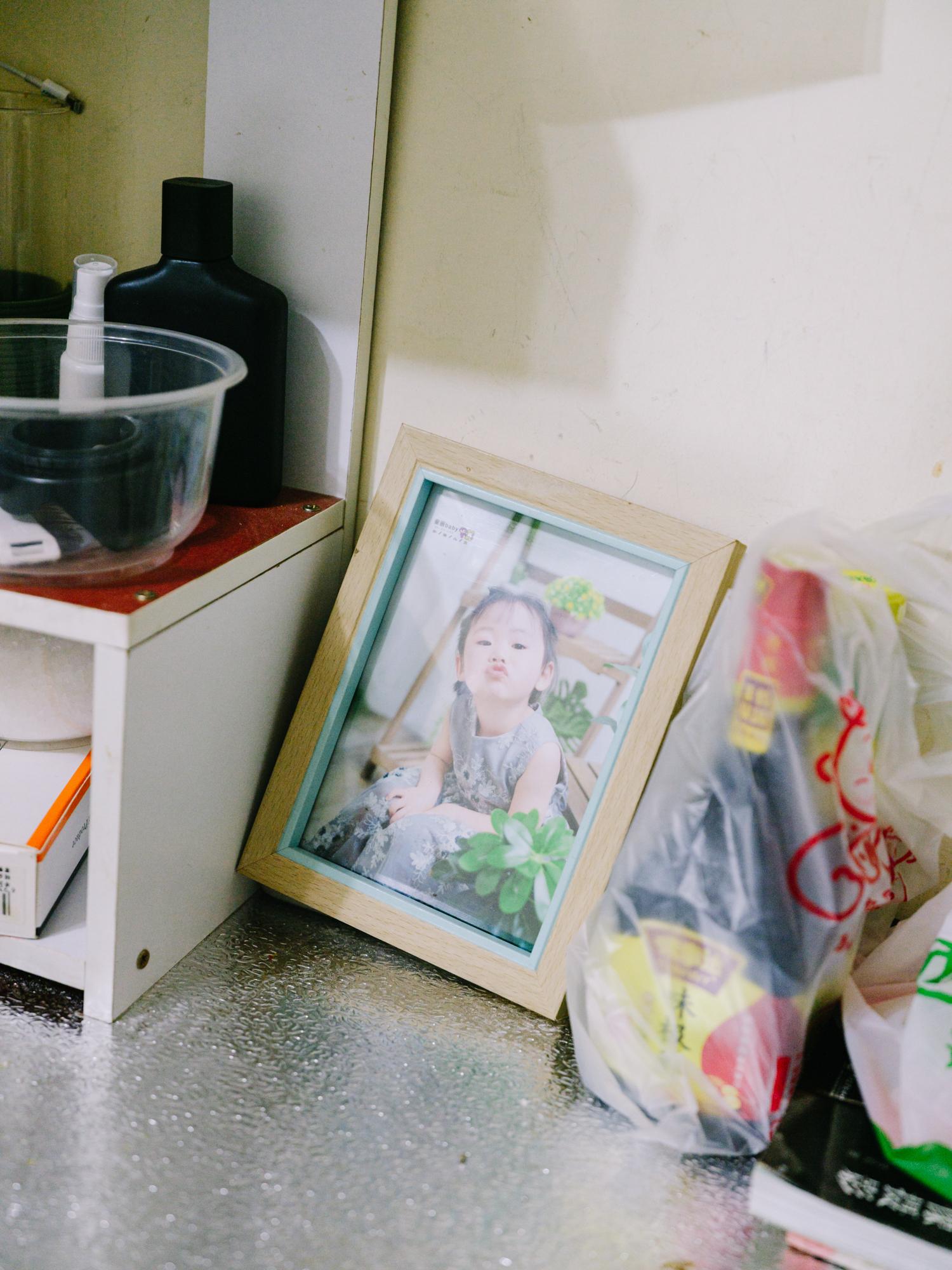 邵尚磊房间摆着女儿的照片。