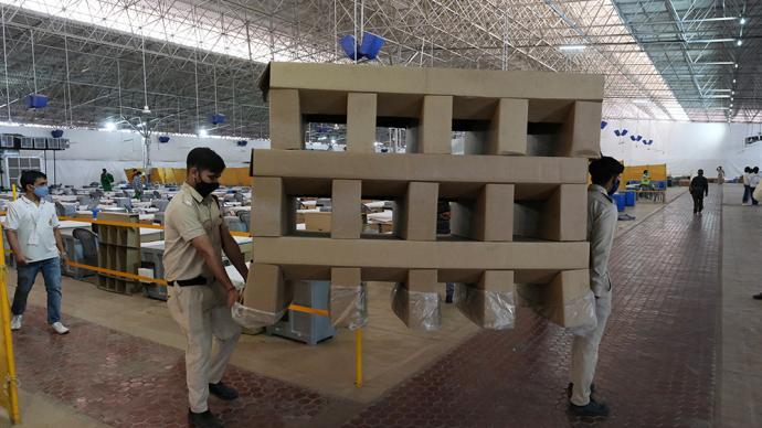 早安·世界|印度衛生部長參觀新冠醫院,部分病床由紙板搭成