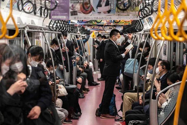 4月23日,人們佩戴口罩在日本東京搭乘地鐵。新華社/法新