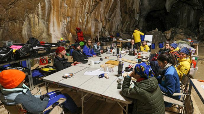 早安·世界|不帶手機洞穴生活40天,你能堅持多久?