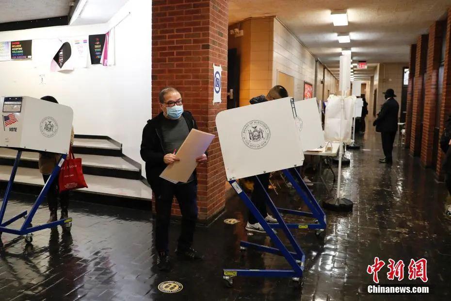 资料图:当地时间2020年11月3日,美国总统大选选举日,华人选民在纽约曼哈顿唐人街的一处投票站投票。中新社记者 廖攀 摄