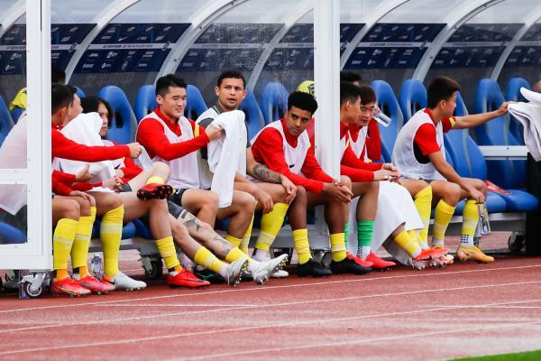 广州队阵中有多名归化球员。