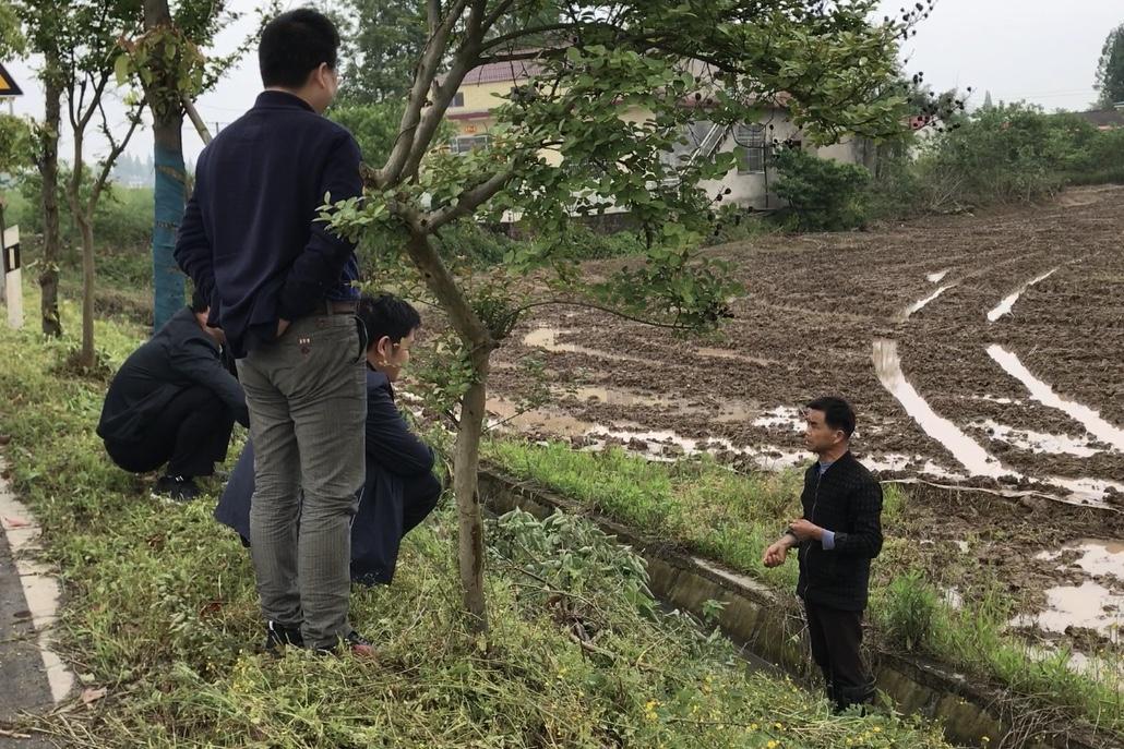 图2督察组在常德市汉寿县围堤湖开展实地走访,群众反映近年来化肥没有减少,甚至有增加。