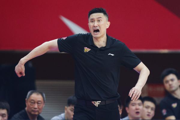 广东队主帅杜锋在场边指挥。 CFP 图