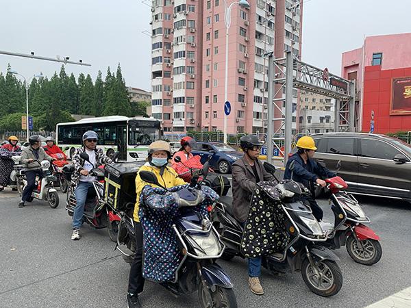 卫零路沪杭公路路口的电动自行车驾驶员大多佩戴头盔 本文图均为澎湃新闻资深记者 朱奕奕 图