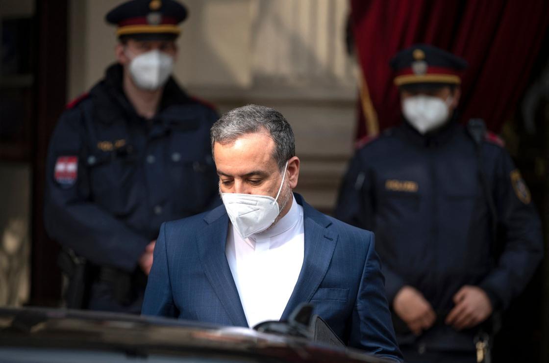 4月27日,伊朗副外长阿拉格希离开奥地利维也纳的伊核谈判会场。伊朗副外长阿拉格希27日在接受媒体采访时说,在奥地利首都维也纳举行的伊核谈判正在正确的轨道上前进,但前方仍有重要挑战需要应对。新华社 图