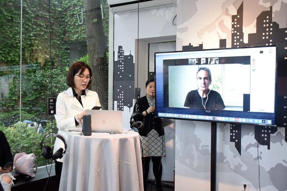 共同策展人朱纪蓉博士(左)。 Ruixi 摄 上海当代艺术馆 供图