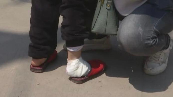安徽一老师泼热水、脚踩脸弄伤多名学生被停职,主管部门介入