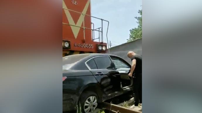 河南一轎車與火車相撞,目擊者:轎車被推行100多米