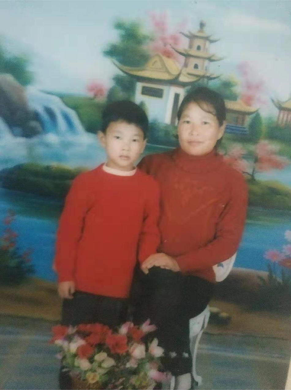 韩仕梅和儿子。 受访者供图