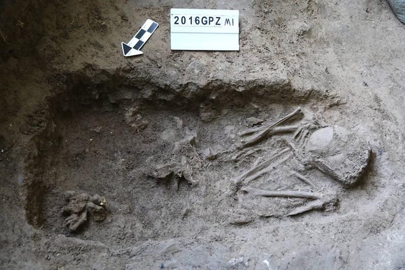 发掘的两座墓葬(M1)