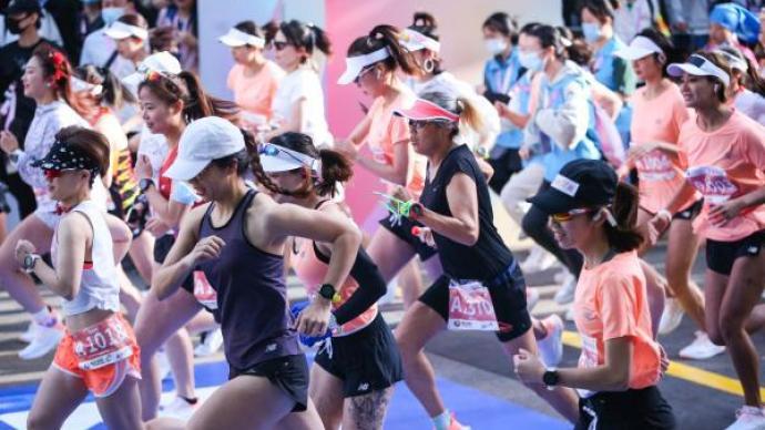 """上海女子半程馬拉松鳴槍起跑,假期里她們用奔跑""""錯峰"""""""
