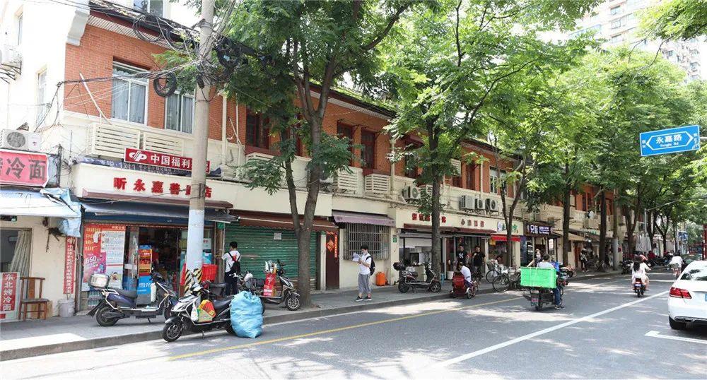 永嘉路(上图)、嘉善路(下图)沿街店铺