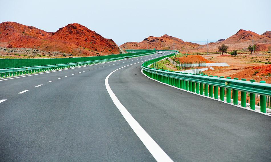 内蒙古额济纳,京新高速公路。