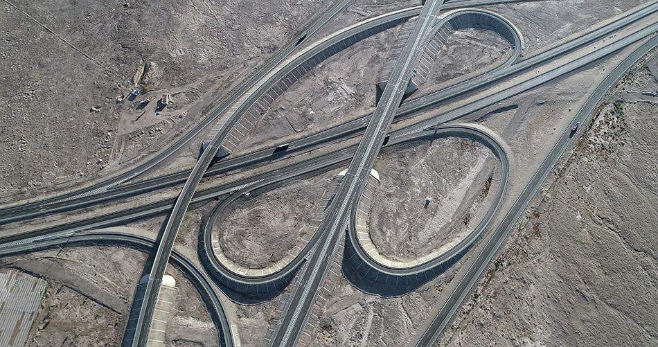 新疆哈密,航拍G7京新高速公路(骆驼圈子盘旋路),G7和G30在此交汇。