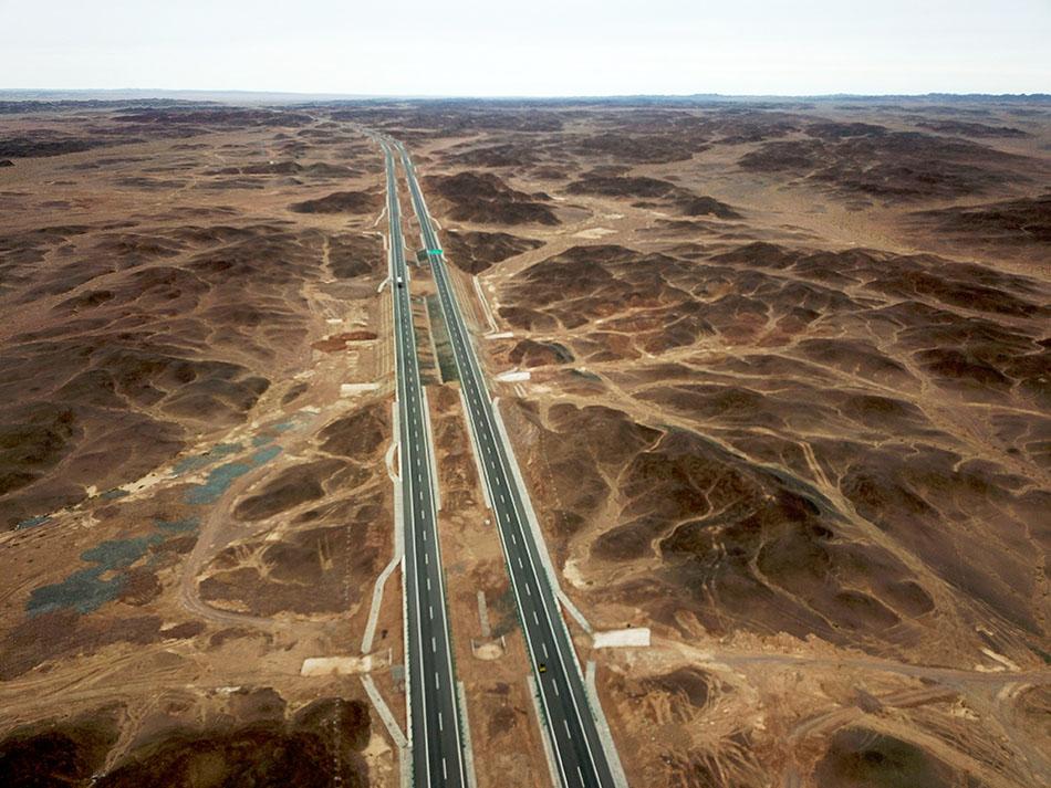 从内蒙古额济纳旗到甘肃马鬃山镇350多公里的京新高速,还是行驶在戈壁滩上,其中有200多公里是无人区。