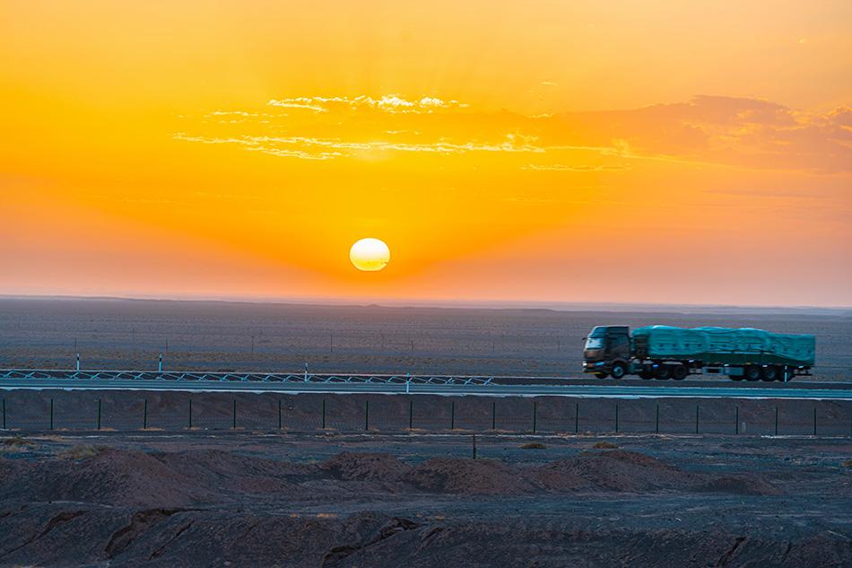 内蒙古,京新高速日出风光。