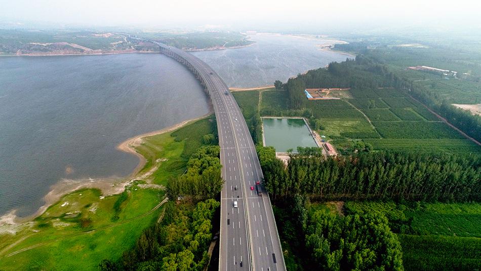 位于河北张家口市宣化区的京新高速跨洋河水库大桥。