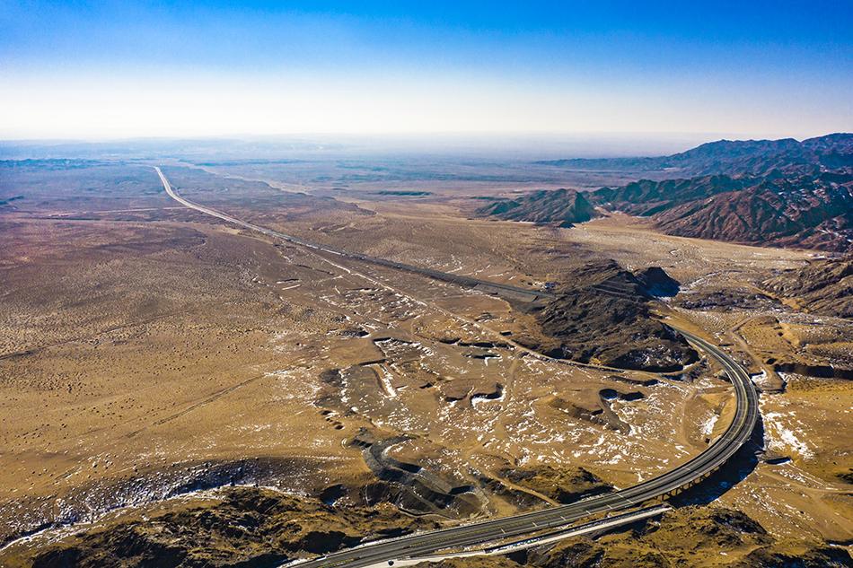 内蒙古阿拉善,航拍京新高速吉兰泰连接线。