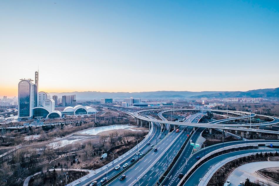 """呼和浩特,蒙古语意为""""青色的城"""",有2300多年的建城历史,是一座以蒙古族为主体,汉族为多数,满、回、朝鲜等36个民族共同聚居的塞外名城。"""