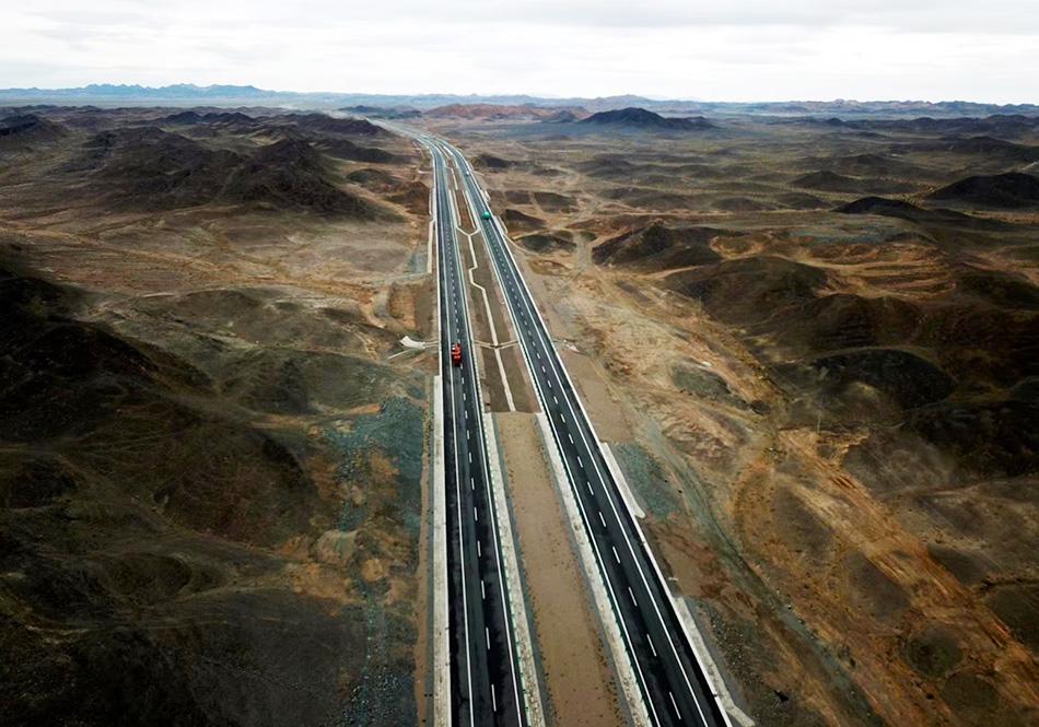 从新疆哈密到甘肃马鬃山段的京新高速。