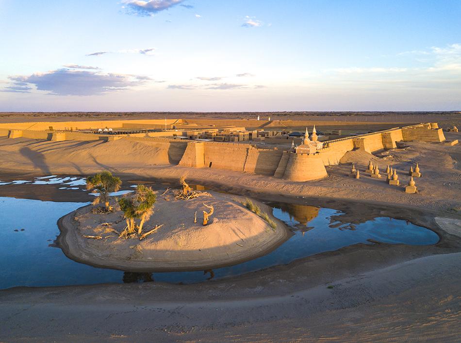 内蒙古阿拉善盟额济纳黑城弱水胡杨风景区,复建的黑城古城遗址(亦称黑水城)与古塔。